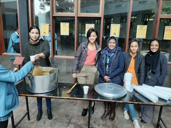 Gardens Commercial High School host their first annual Ramadaan soup kitchen2